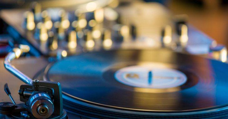 數位媒體時代黑膠也沒過時!美國黑膠唱片的銷售收入快超過 CD 了