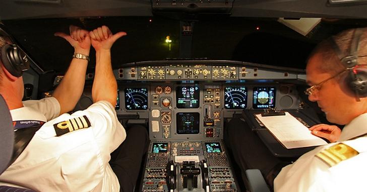 機長在飛行途中打翻咖啡的後果:面板冒煙、載337人客機折返迫降愛爾蘭