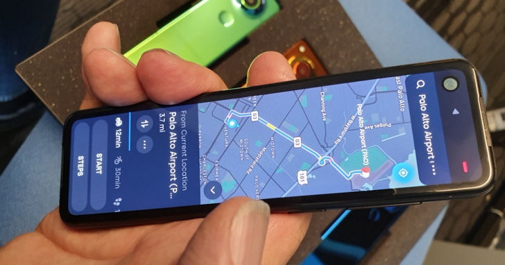 這是Android之父發表的Essential新機,像是一隻螢幕從中砍半的手機