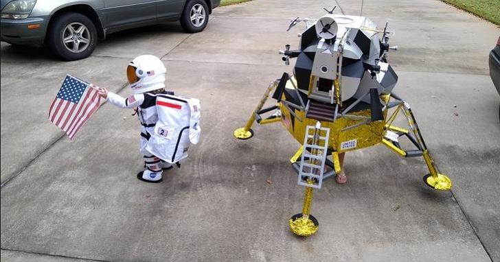 萬聖節最可愛變裝!美國小姊妹扮成太空人與登月艇