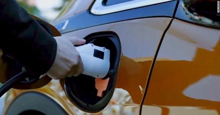 美國電動車越來越多,加油站開始轉型成快遞取貨站了