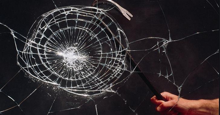 馬斯克說他終於知道玻璃為什麼會裂了:不是高中物理學沒算好、而是扔球的先後順序不對