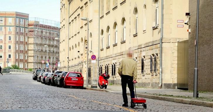 利用99部智慧型手機與一台推車,一個人就能成功讓Google Maps上即時路況「一片紅」塞爆
