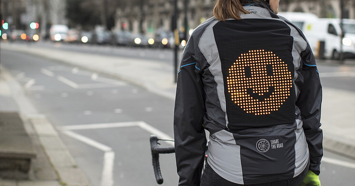 減少車單族跟汽車駕駛間的緊張關係,這件夾克能在騎士背上顯示表情符號