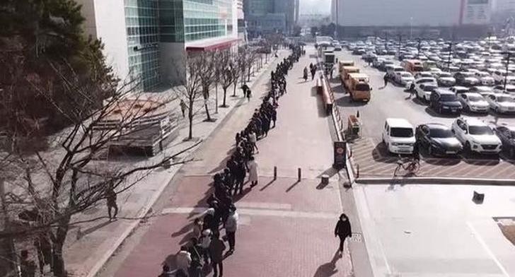 南韓武漢肺炎病例達 977 例、死亡人數 10 人!政府開始禁止口罩出口,民眾搶口罩排隊看不到盡頭
