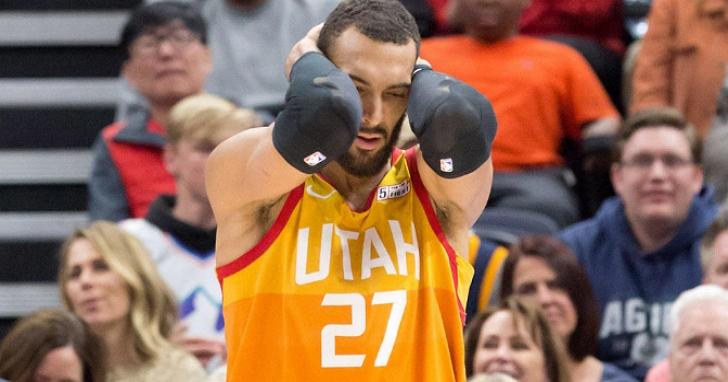 NBA官方宣布無限期停賽:球星Rudy Gober 才「不信邪」摸了媒體的麥克風,今天確診新冠肺炎