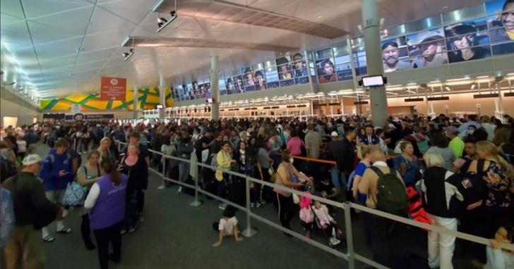 美國機場加強防疫,旅客入境排隊等待檢疫長達7小時