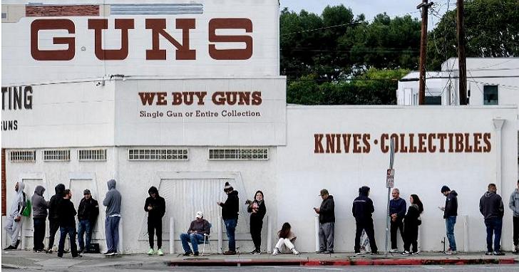 搶完衛生紙接力買槍「超前部署」,加州居民開始排隊買槍、囤積子彈