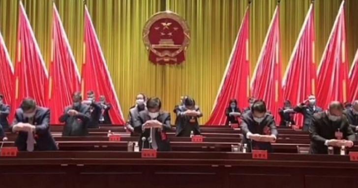 中國地方政府開會推「作揖不握手」,網友笑稱沒想到能見到「武林大會」