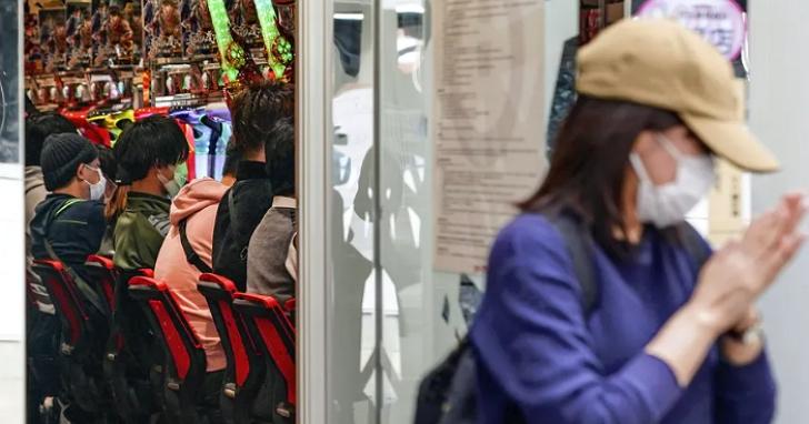 日本疫情下逆行的「柏青哥難民」們,不遠千里尋找仍能開店的柏青哥店只為一戰