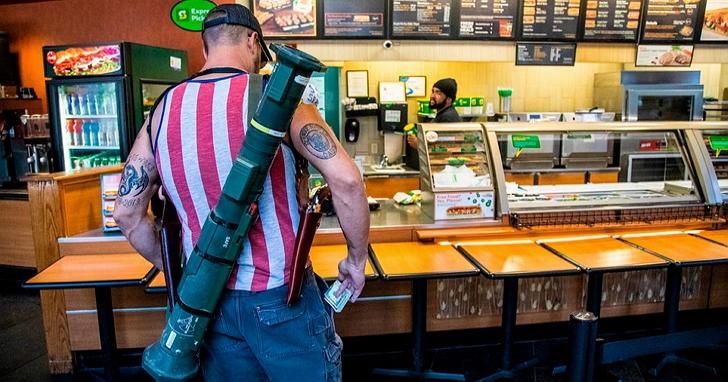 為了抗議「居家令」,美國示威者扛火箭筒進餐廳點餐