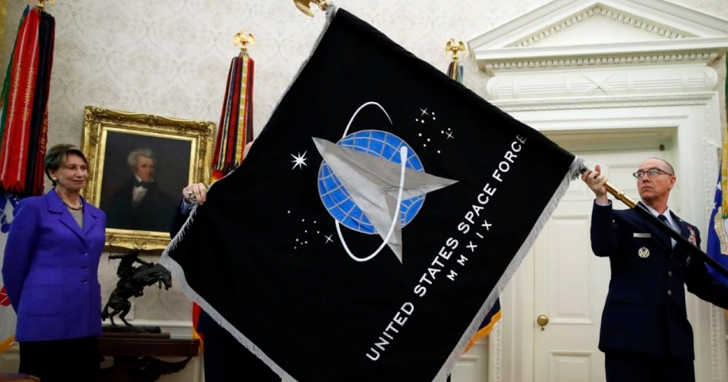 美國太空部隊在白宮舉行軍旗亮相儀式,現在只缺一艘聯邦星艦了