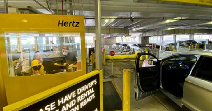 百年租車公司Hertz撐不下去宣布破產,主力經營機場空蕩蕩、77萬輛汽車閒置空轉