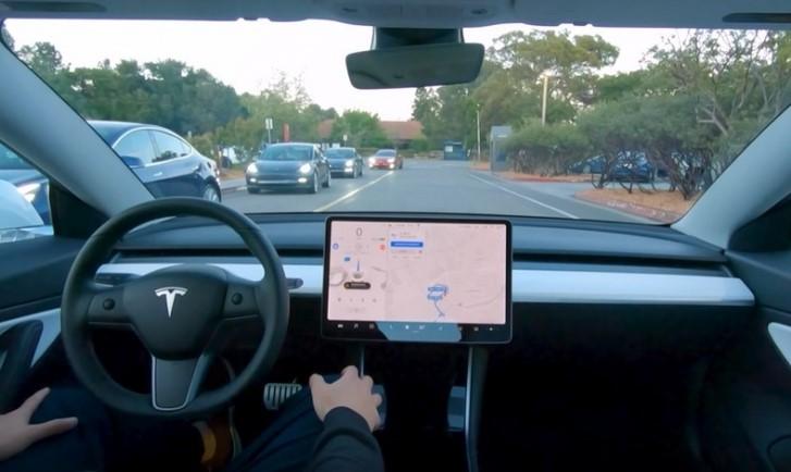 中國車主表示新買的特斯拉自動駕駛「根本著魔」,遇到前方大車變換車道不但不減速、反而加速撞上去