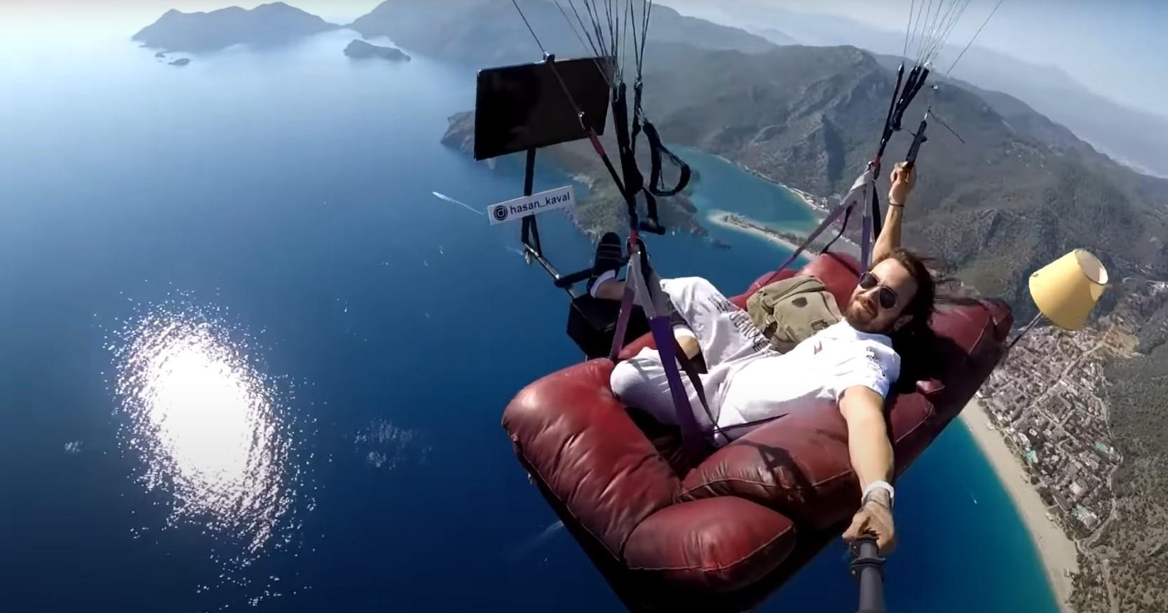 瘋出新高度!土耳其男子坐在沙發上玩滑翔傘,邊飛邊看電視