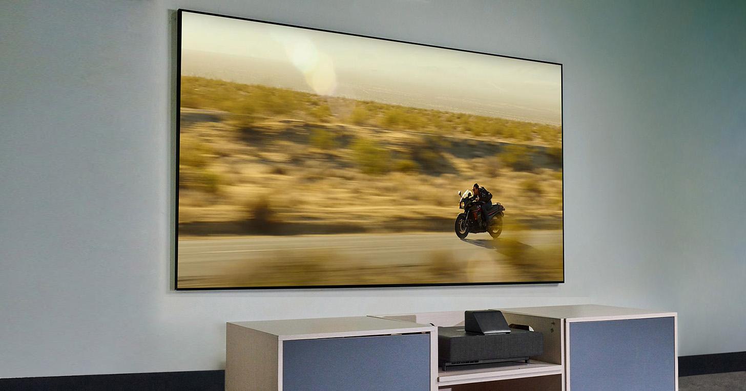 Epson 全新超高解析雷射智慧電視 EH-LS500 實測:僅需 39 公分即可投出百吋亮眼畫面!