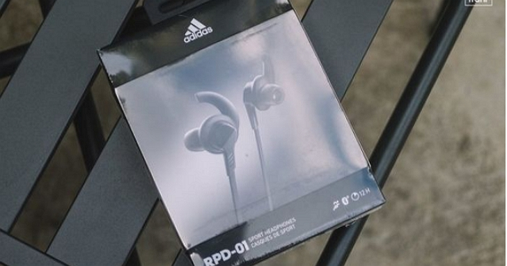Adidas也出無線運動耳機?耳機上也有「三條線」,身輕 23g、續航 12 小時