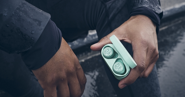 B&O 推出首款 Beoplay E8 Sport 真無線運動耳機,具備 IP57 防塵防水、續航 7 小時,售價 $12,250 元