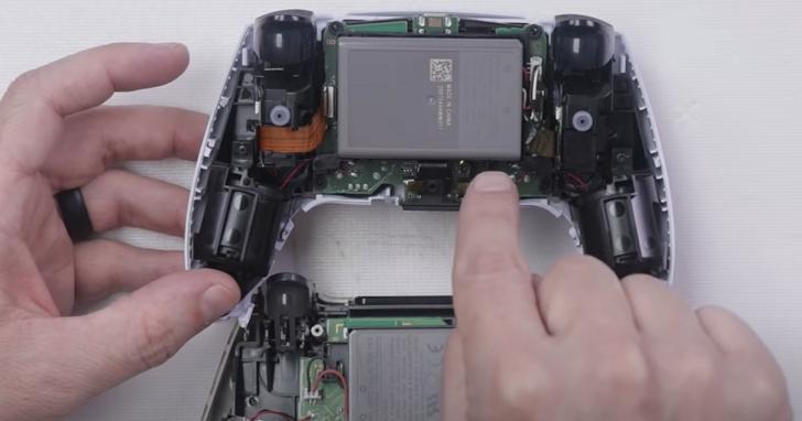 索尼PS5手把DualSense拆解,探究自適應扳機為何能模擬真實武器手感的秘密