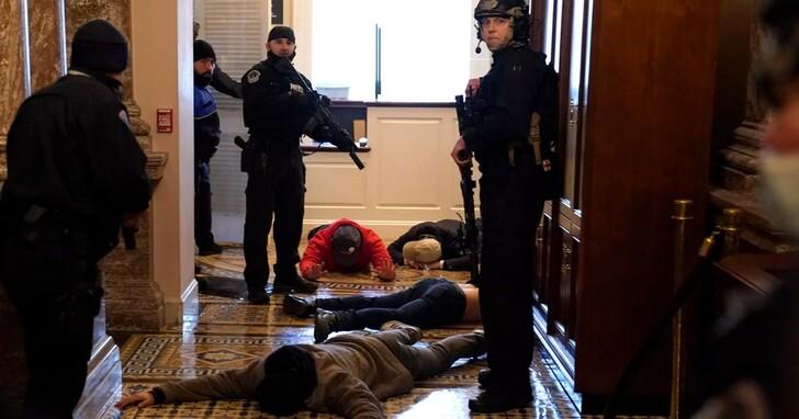 川普誓言不認敗選,抗議人士攻入美國國會大樓 、華府宣布宵禁
