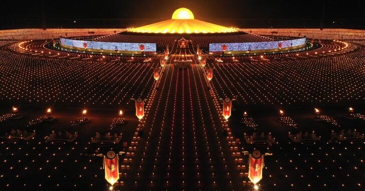 泰國萬佛節也數位轉型!20萬人透過280公尺大螢幕用Zoom參與