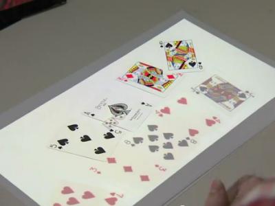微軟給你神奇投影檯燈,用真的撲克牌跟遠方的人玩遊戲