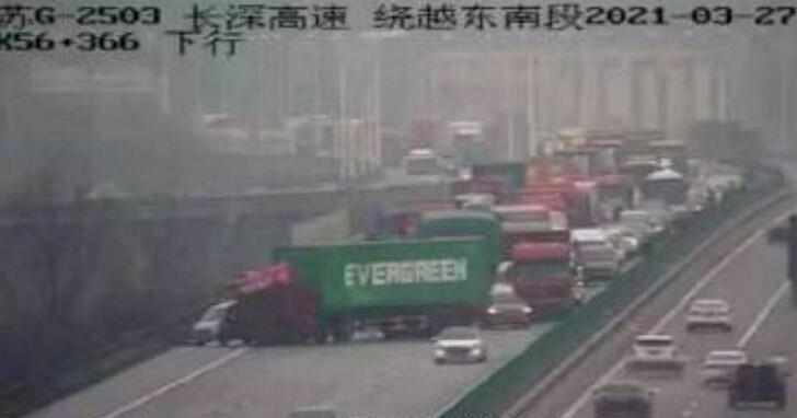 「大排長榮」2.0?微博傳出長榮貨櫃卡在南京高速公路