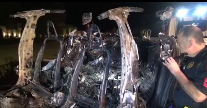 特斯拉發生死亡車禍,兩人死亡但駕駛座沒人
