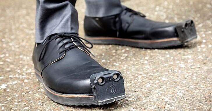 用AI鞋子為視障人士導航!這雙10萬台幣的「導盲鞋」可檢測4公尺外障礙物,振動提醒躲避