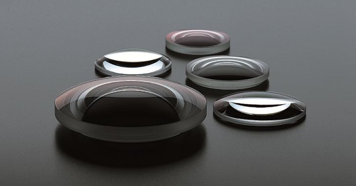 非球面鏡片到底是做什麼用的?從這款問世 50 年的經典鏡頭講起