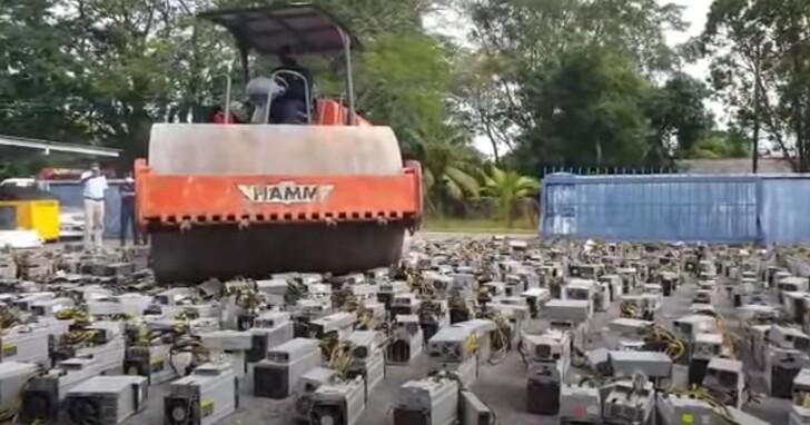 馬來西亞將1000多台比特幣礦機「就地正法」,直接用壓路機碾平
