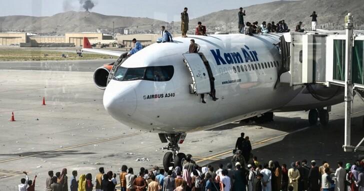 逃離喀布爾,當地國際機場擠滿尋求離境的平民與外交官