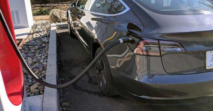 因擔心大熱天下充電太久會電池爆炸,路人「好心」幫他拔掉充電中的特斯拉Model 3插頭