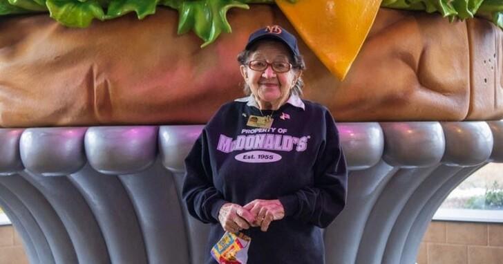 美國麥當勞年紀最大的員工:百歲阿嫲工作50年快樂不退休
