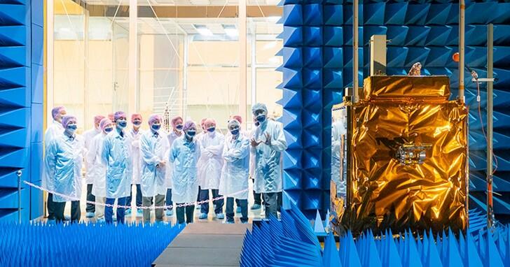 蔡英文總統參觀太空中心,期許國內廠商進軍國際太空市場、打造太空產業為另一個護國神山
