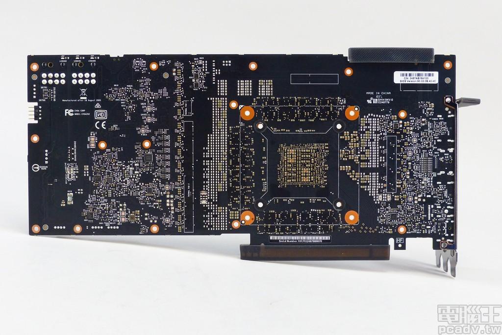 GeForce RTX 2080 Ti FTW3 Ultra Gaming 电路板后头,小颗黑压压的晶片负责监控电流,或是做为 power balancing 功用的 MOSFET 掌握晶片