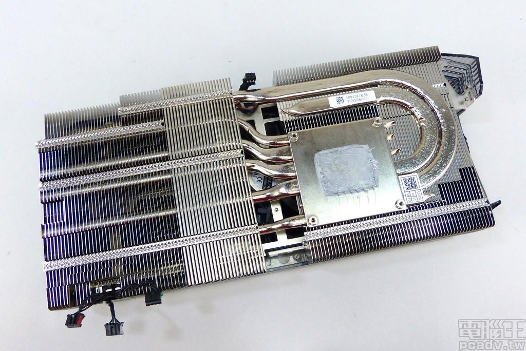 散热器采用铜底镀镍底座,再以 4 条 8mm 与 2 条 6mm 热导管连接铝制鳍片