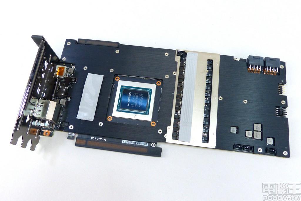 位于电路板正面的金属板,供电转换区额外采用镀镍铜片导热
