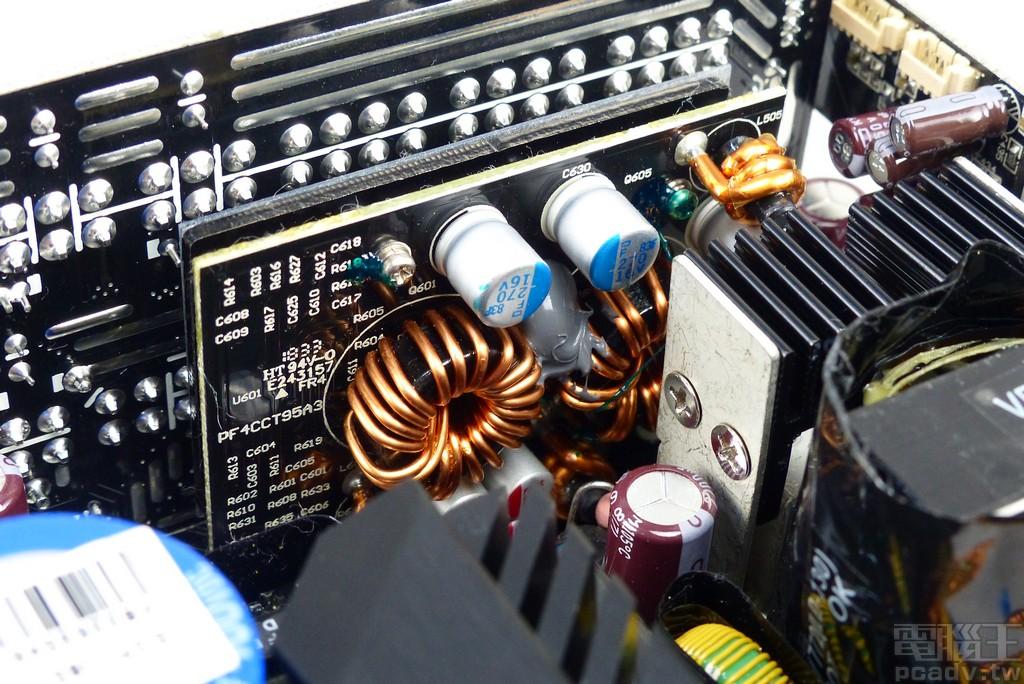 +3.3V 與 +5V 由 +12V 直流轉換而來,轉換電路以子板方式直接插入主電路板,並以焊錫固定