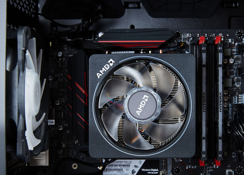 MSI GUNGNIR 100 執法者搭載的是 AMD Ryzen 7 2700X 處理器,配上原廠風扇,同樣也有絢麗的 RGB 燈效。