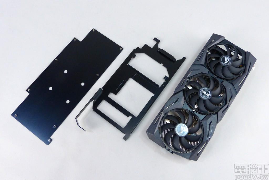 散熱器總成可以分成 3 個大部分,由前至後分別為包含風扇的散熱片、金屬中框、金屬背板