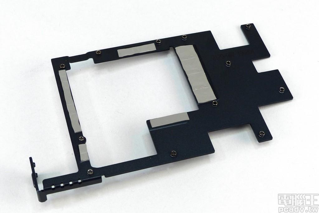 金屬支撐架黏貼導熱墊,同時肩負顯示核心主要供電 MOSFET、記憶體主要供電 MOSFET、記憶體�零組件的散熱工作