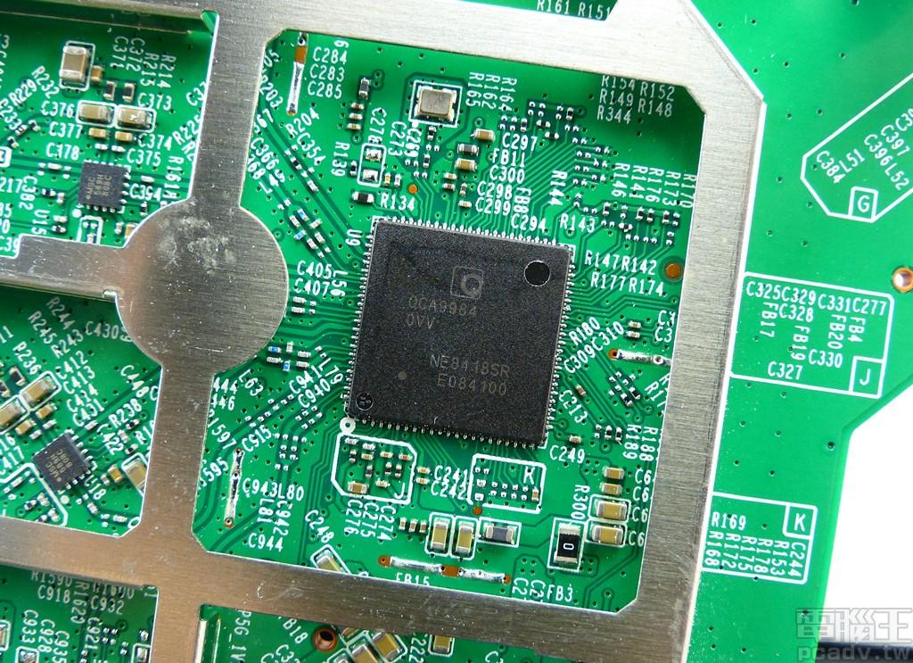 5GHz 頻段採用 QCA9984,並以硬體方式限制最高支援 3 空間流 1300Mbps