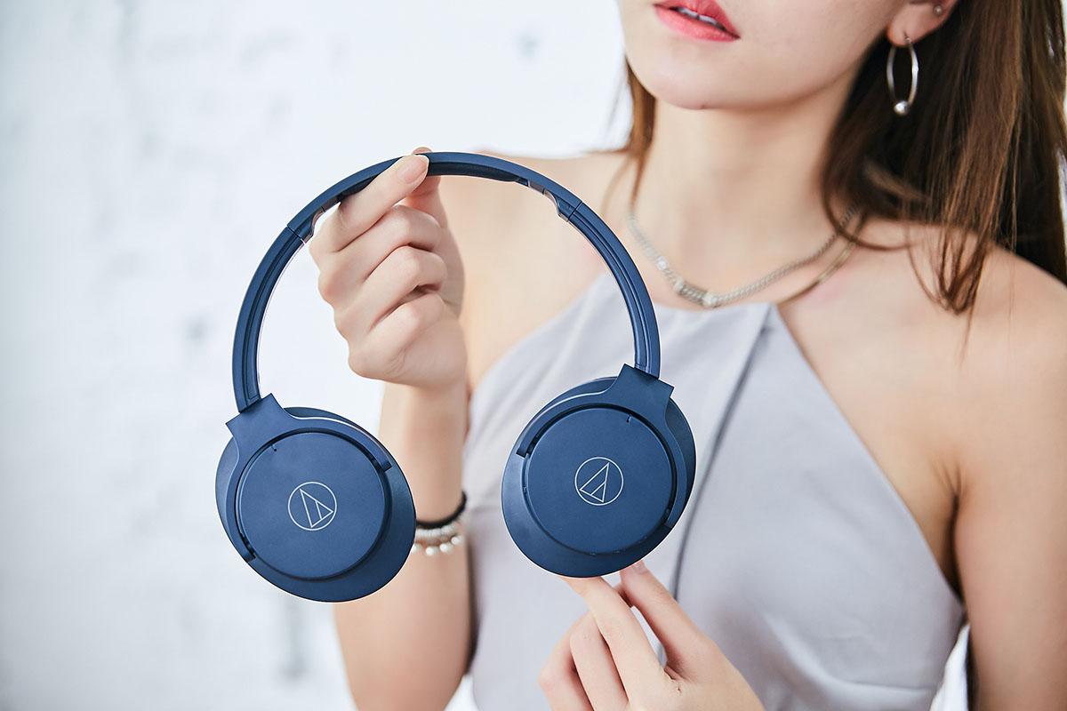 �帶與耳罩連結的關節處,可將機殼收摺為扁平狀。這不僅讓耳機的收納變得更加輕鬆,同時也大幅減少放置在背包時所佔用的空間。從上圖這個角度可以看到耳罩外殼壓印了鮮明的鐵三角商標,雖然只是簡單的 Logo,卻大大提升了整體的質感表現。