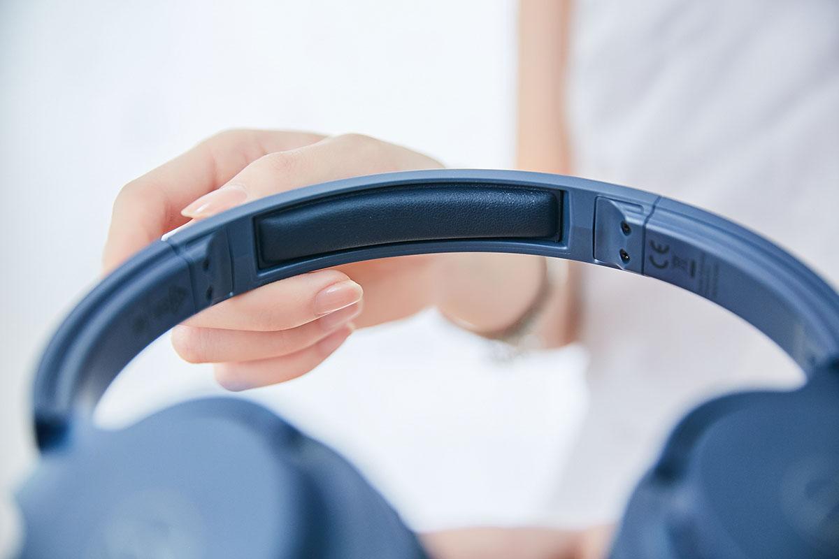 �帶內緣的�央區域特別規劃了一塊皮革軟墊,這樣的�計能有效提昇�帶與�頂接觸時的舒適度,經小編實際測試,長時間佩戴確實可以降低壓迫感。