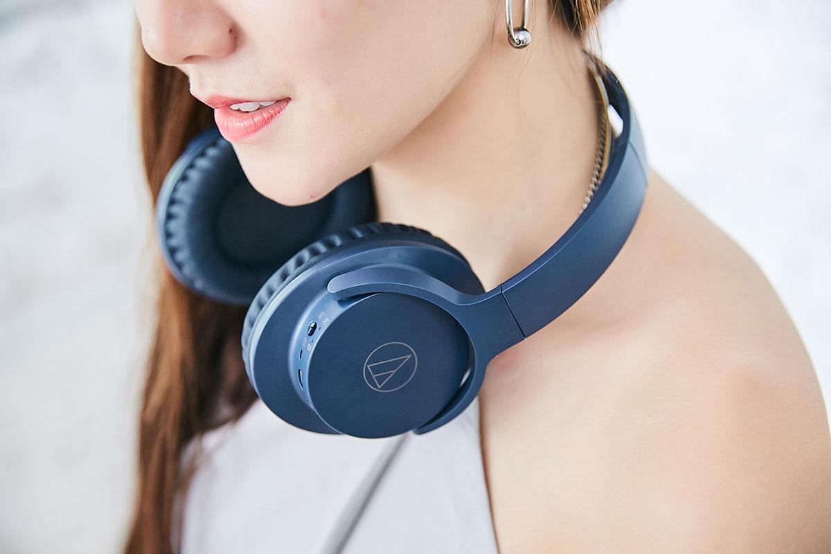 寬闊的圓弧造型,讓 ATH-ANC500BT 掛在頸間時不會因過度緊縮而造成壓迫,加上耳罩與�帶連結處的關節提供充分的調整空間,因�佩戴時耳罩能緊密貼合著耳朵,既能避免漏音的狀況產生,也能達到物理性被動式隔絕外界噪音的效果。