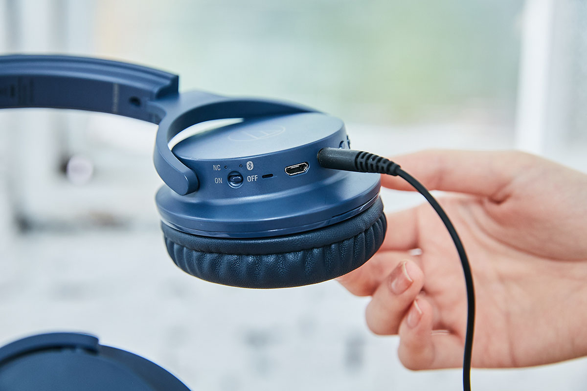 作為一款無線藍牙耳機,ATH-ANC500BT 在電力全滿時可以藍牙傳輸、主動抗噪的狀態連續聆聽長達 20 個小時。最棒的是它同時也支援有線連接,在實測過程�,小編以隨附的線材將耳機與手機接駁,並透過隨身型的耳機擴大機驅動,以這樣的方式更能聽見 ATH-ANC500BT 優異的音色與音質表現,不僅低頻更有力道,反應速度也相當出色。