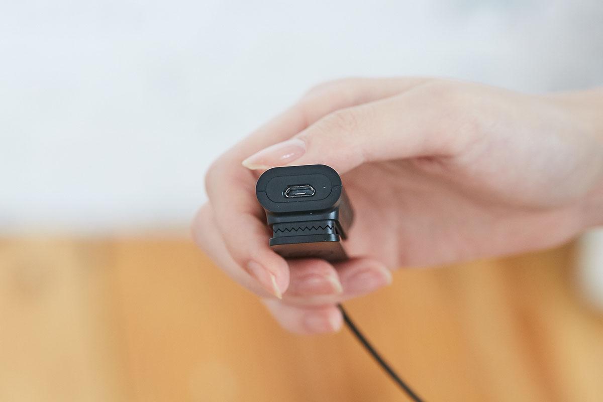 線控盒底部規劃了一 Micro USB 充電端� (滿電狀態下可連續聆聽 10 小時),這個端�同時也可以做為有線連接訊源的用途。