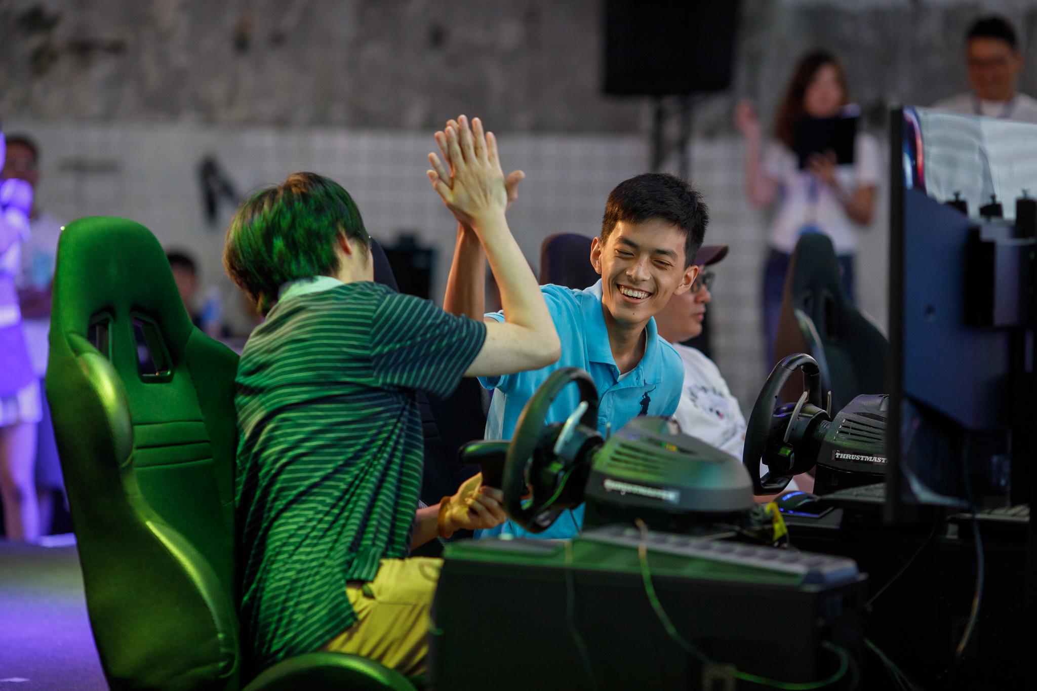 這次「捷元宙斯盃極限競速總決賽」吸引超過50名選手參加,說是全台遊戲菁英聚會也不為過,大家同場競技之外也不忘交流遊戲心得。