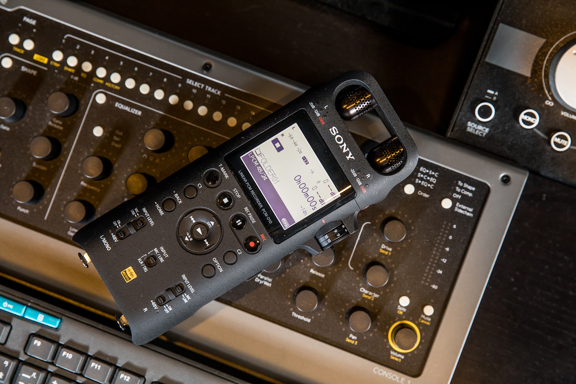 Sony PCM-D10之所以能錄製令人滿意的音質,最大關鍵在於支援92 kHz/24位元高解析音訊,同時還�載三向式內建麥克風。